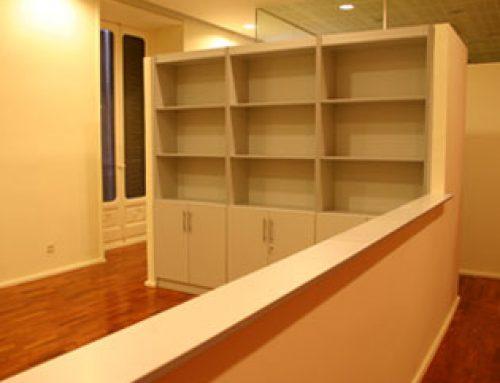 Mueble librería para recepción de oficina en Madrid.