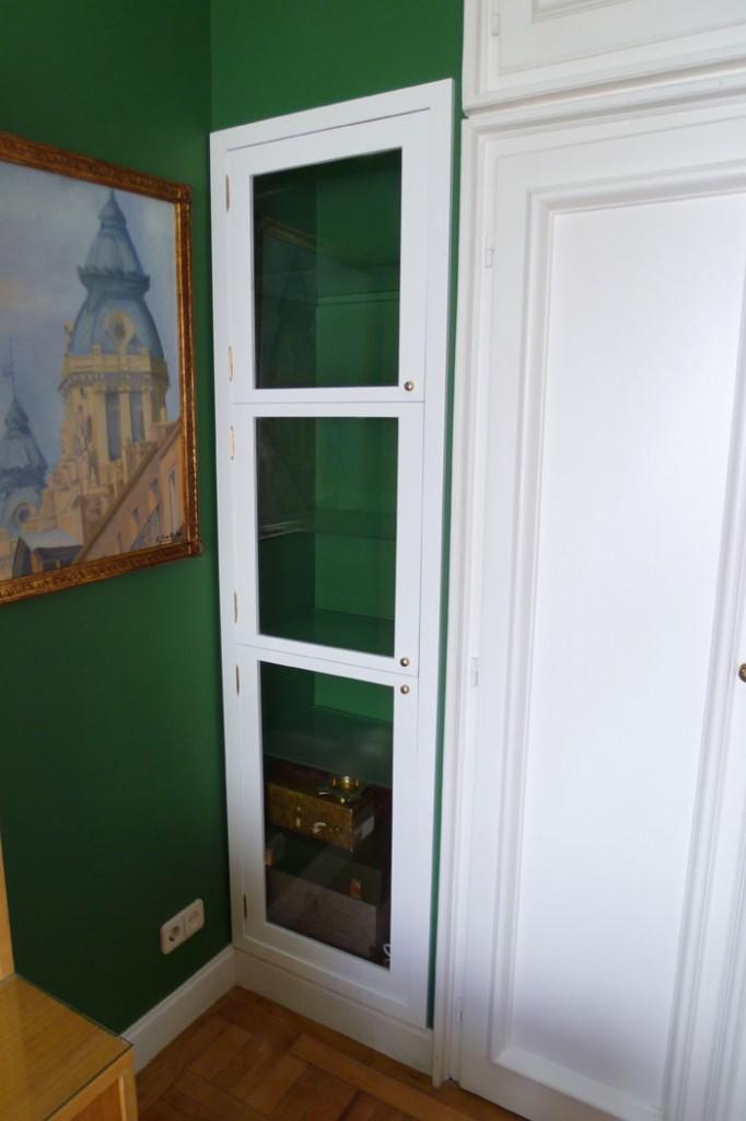 Mueble cristalero para aprovechar espacio en pared