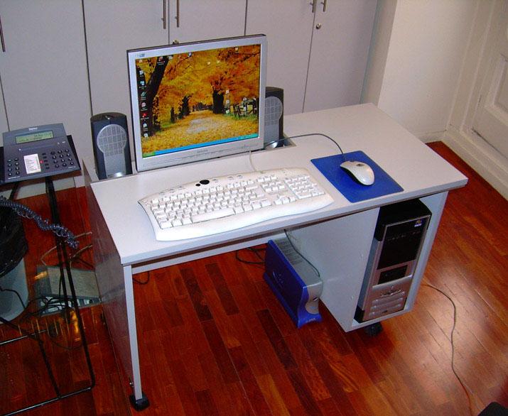 Mesa con ruedas para ordenador y pantalla centrada en el for Mesa de ordenador con ruedas