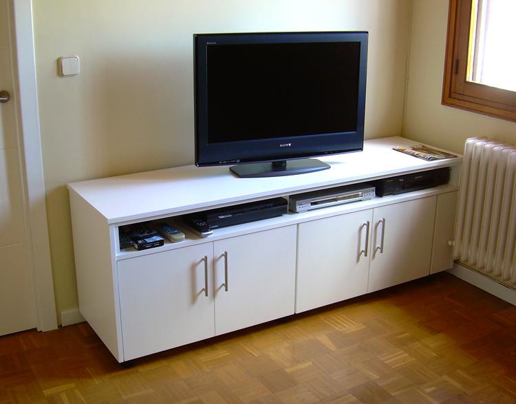 Mueble bajo con ruedas producido en melanina blanco