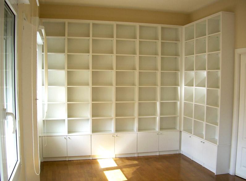Librería blanca con puertas y baldas