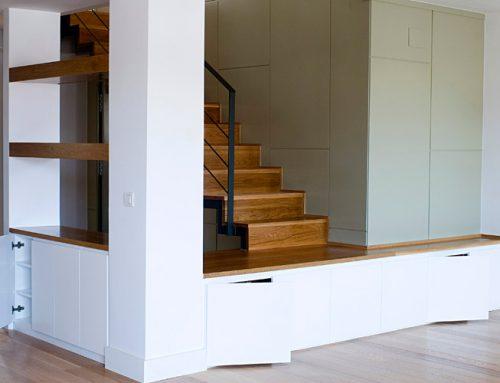 Mueble bajo, escalera y zapatero