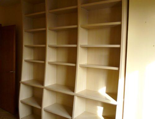 Diseño y fabricación de librería de líneas curvas. Materiales: DM lacado con pátina.