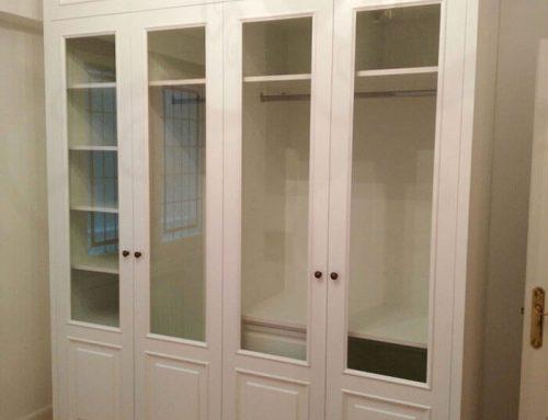 Armario lacado con puertas acristaladas