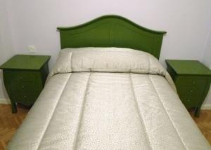 Conjunto de cabecero de cama y mesillas verde