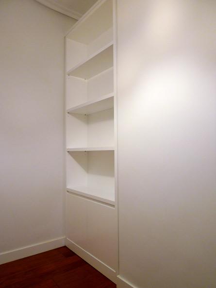 Libreria con puertas abatibles
