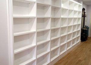 Librería lacada con traseras para pasillo