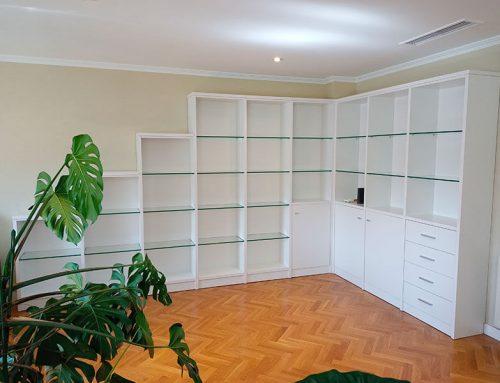 Libreria con baldas de cristal