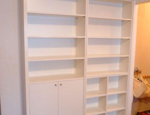 Librería con puertas blanca a medida