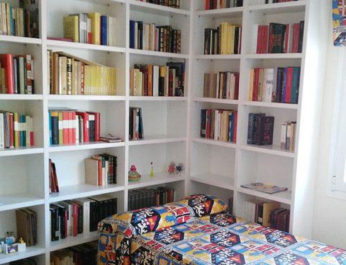 Librería blanca para habitación juvenil