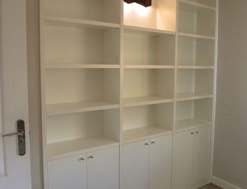 Librería blanca con puertas