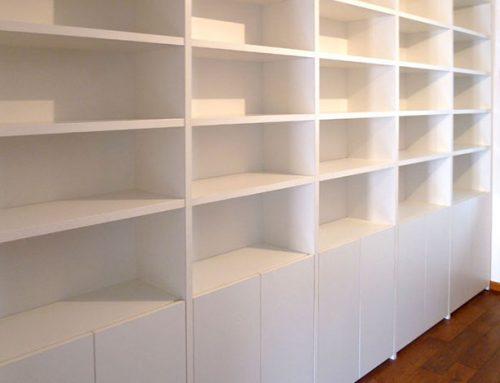 Librería con puertas sin portaestantes