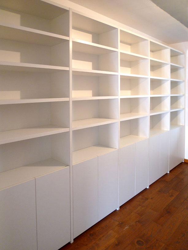 Librería blanca con puertas sin portaestantes
