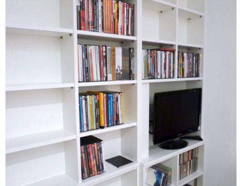 Librería blanca para televisor