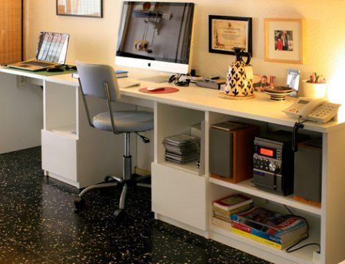 Escritorio desmontable para dos puestos de trabajo, construido en tablero plastificado de 25mm con cajoneras y guías telescópicas. Canal para paso de cableado de audio, ordenadores y telefonía.