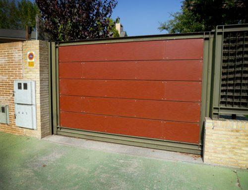 Recubrimiento decorativo de frente metálico con tablero compacto para exteriores.